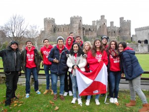 Foto con el guía y el castillo de fondo-compressed