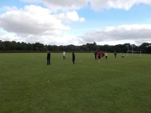 Jugando al fútbol en el campo del colegio