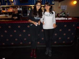 Eva y Elena en la disco tomando un refresco