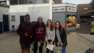 Guillermo, Paula, Rebeca y Naroa llegando a la estación con el tesoro