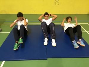 Los chicos haciendo sit-ups