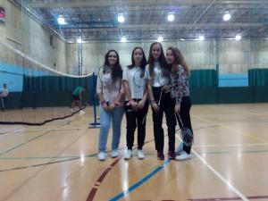 Naroa, Rebeca, Andrea y Laura jugando al badminton en John Bunyay SC