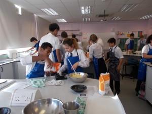 Midiendo los ingredientes para hacer las galletas