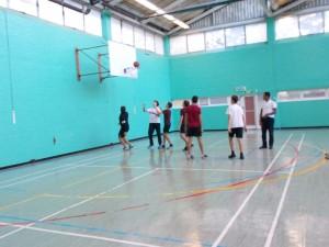 025 - jugando al baloncesto