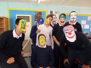 Los chicos con sus máscaras