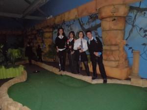 Carolina, Yago, Marta e Jaime no crazy-golf