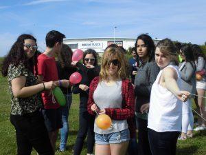 Atando los globos-compressed