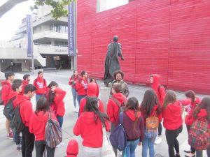 Delante de la estatua de uno de los primeros actores en representar Hamlet