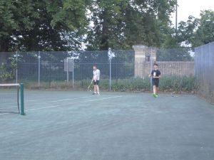 Edu jugando al tenis y Lucas al f+¦tbol tenis