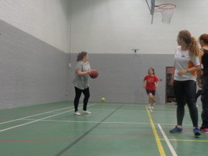 Laura e Irene atentas al saque de fondo de Candela en el partido de baloncesto Inglaterra-España