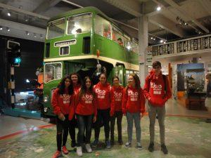 con-un-autobus-verde-en-el-museo-m-shed