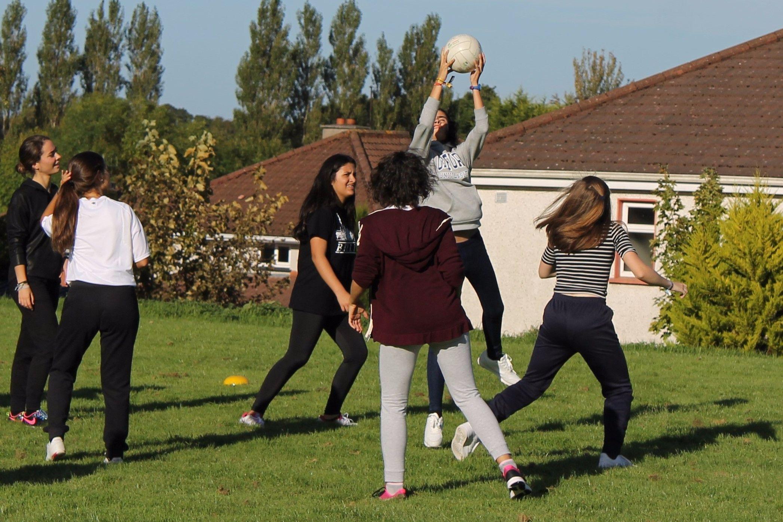 Las chicas jugando al Gaelic Football.