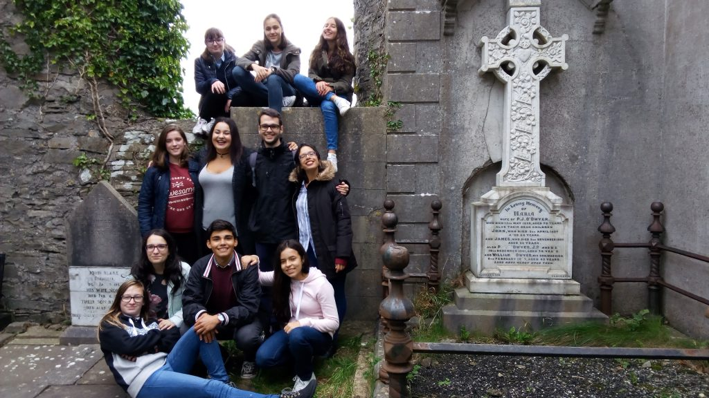 grupo-en-el-cementerio