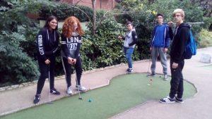 jugando-al-mini-golf-11