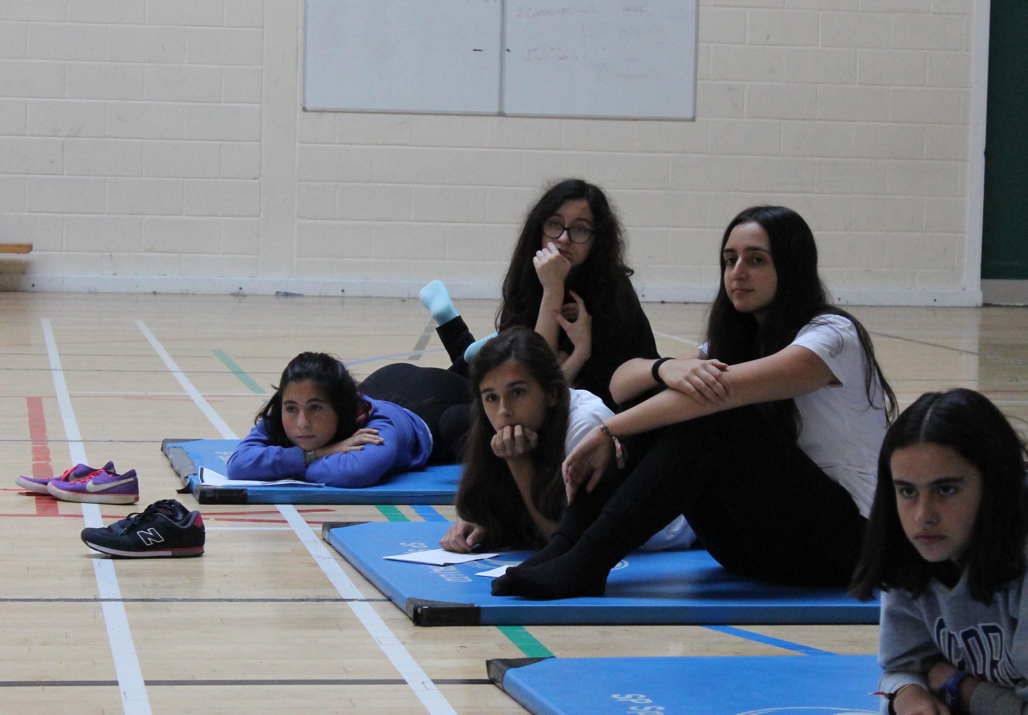 Después de hacer Pilates, las chicas están muy atentas a la charla sobre Mental Health y Nutrition