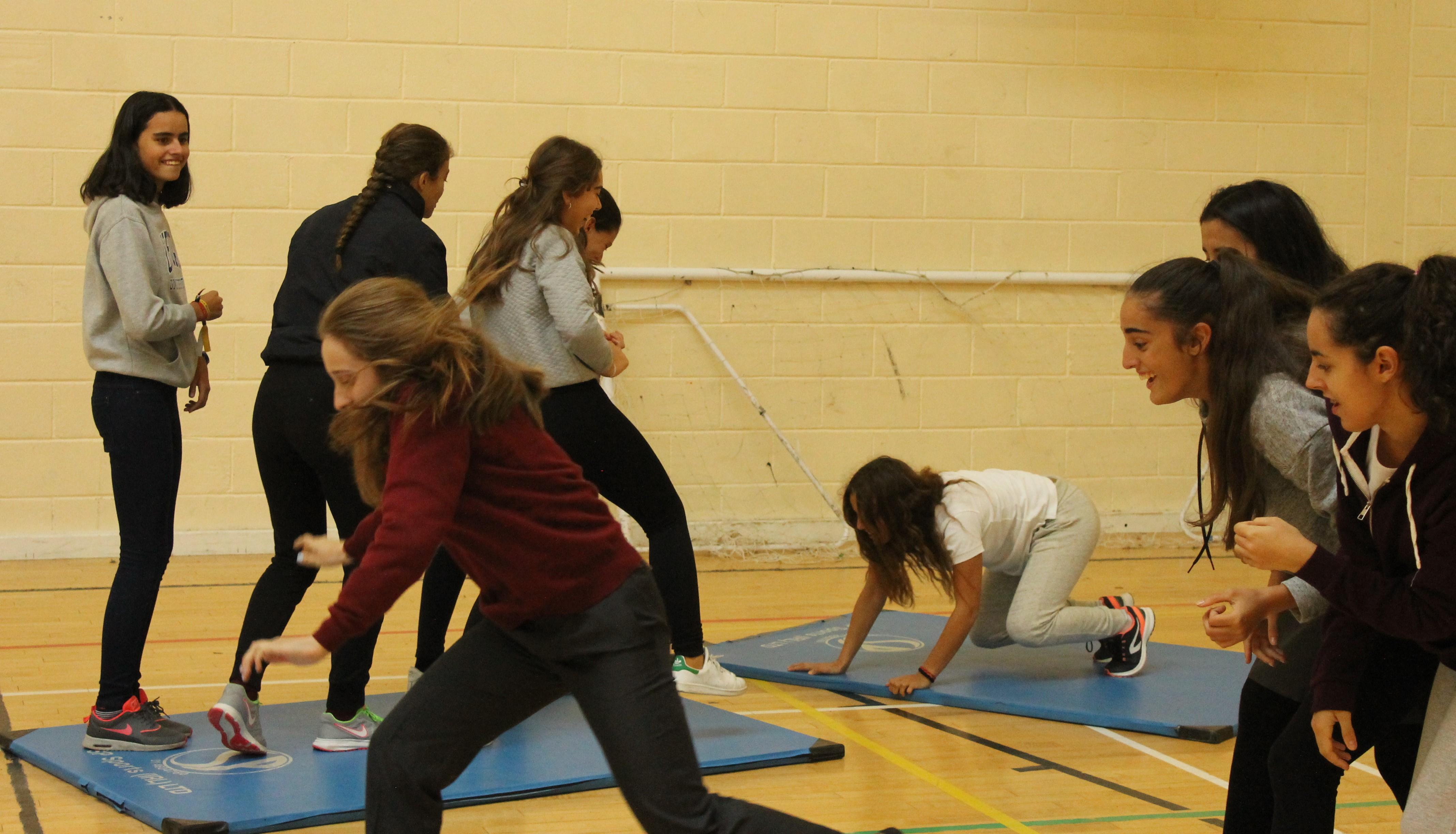 ¡Las chicas tuvieron que mover las colchonetas hasta el final de la sala sin tocar el suelo porque este era lava!