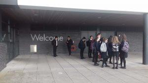En la entrada principal con algunos de los buddies, antes de entrar a clase por la manhana
