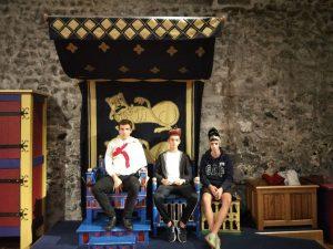 trio-en-el-trono